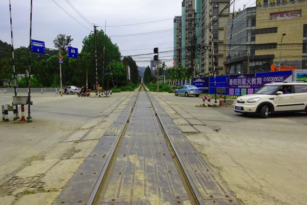 Übergang über die Yunnan-Vietnam-Bahn in Kunming.