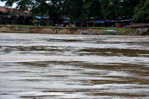 Der Blick von Don Det in Richtung Festland. Im August führt der Mekong Hochwasser.