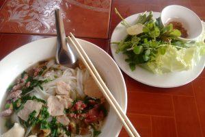 Fö, eine traditionelle Speise der Lao. Reisnudeln mit einer Herzhaften Suppe und Kräutern.