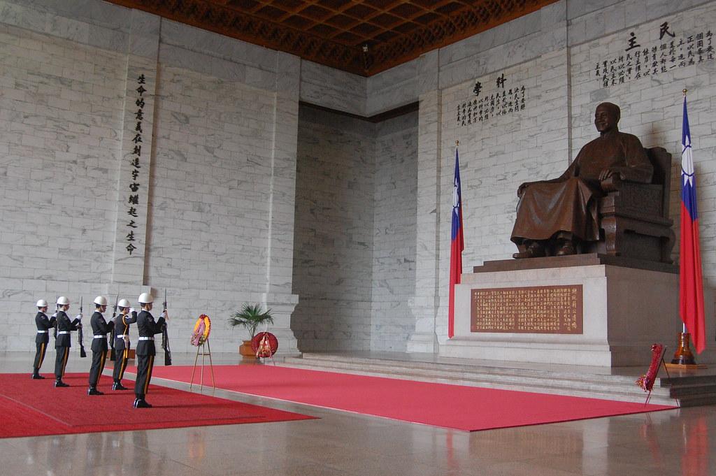 "Foto: ""Change of Guards at Chiang Kai-Shek Memorial Hall"" von Edwin Lee. Lizenziert unter CC BY 2.0."